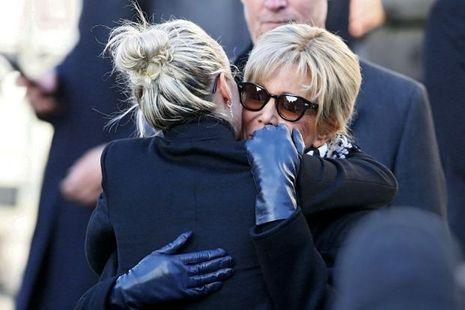 Brigitte Macron, avant la cérémonie, étreint chaleureusement Laeticia.
