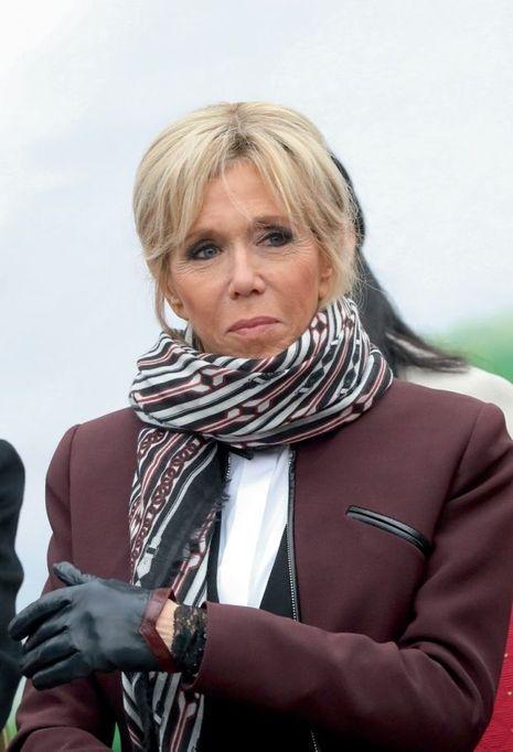 Brigitte Macron porte des gants Maison Fabre.