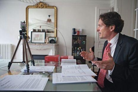 Depuis son salon, Bruno Dondero, professeur à Paris I en droit des sociétés, continue à donner ses cours en ligne.