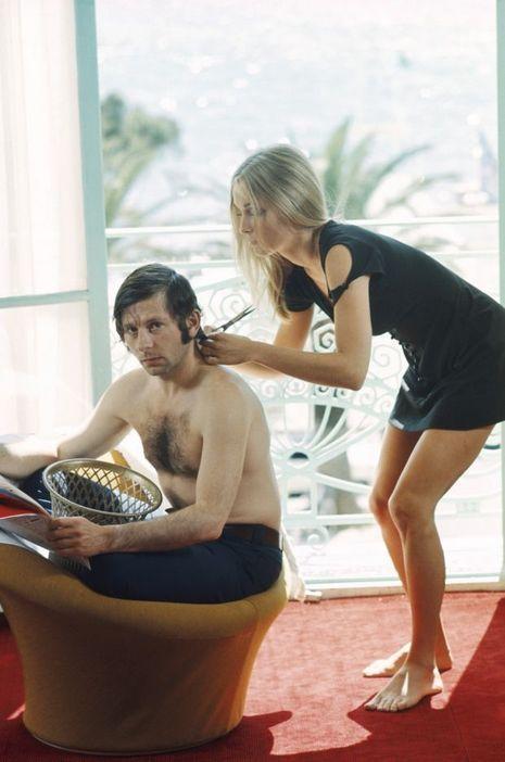 En 1968, la mode est aux cheveux longs mais Roman Polanski demande à sa femme, Sharon Tate, rencontrée un an auparavant, de prendre les ciseaux. Révolte contre cette «révolution»? Pour l'unique fois de son histoire, le Festival est interrompu, et le cinéaste démissionne du jury. Le couple repartira au volant de la Ferrari que Polanski avait fait venir par bateau de Los Angeles.