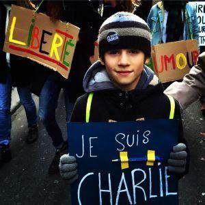 Arthur, 8 ans, et son panneau pour la marche.