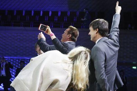 Marion Cotillard, Nicolas Hulot et Arnold Schwarzenegger prennent un selfie lors du One Planet Summit