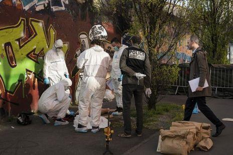 Jean-Cédric Gaux, vice-procureur, rejoint les techniciens en investigation criminelle qui examinent la victime, décédée le 6avril rue Marcel-Dufriche, à Montreuil.