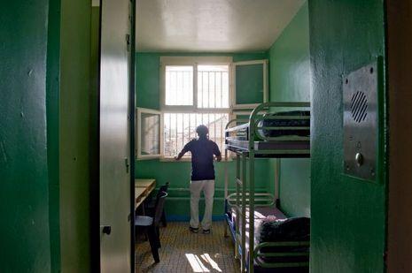 Dans la troisième division, une cellule typique de Fresnes: 9mètres carrés pour 2 ou 3 détenus.