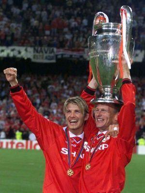David Beckham soulève la coupe de laLigue des Champions, en 1999