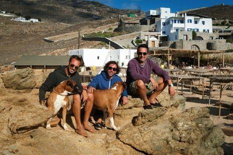De g. à dr.: Vagelis, Andreas et Harry. Les trois copains athéniens ont ouvert, il y a huit ans, un restaurant-bar sur la plage d'Alemagou, le lieu le plus tendance du moment.