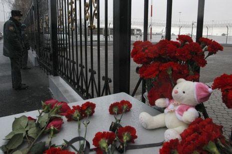Des anonymes sont venus déposer des fleurs en hommage aux victimes.