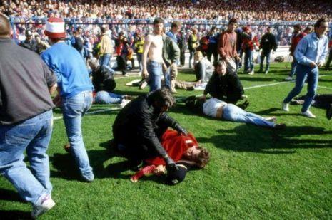Des blessés sont allongés à même la pelouse du stade
