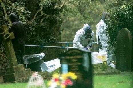 Des experts examinent la tombe de Ludmila, la femme de Sergueï, au cimetière de Salisbury. Il s'y était recueilli avec sa fille le 3mars.