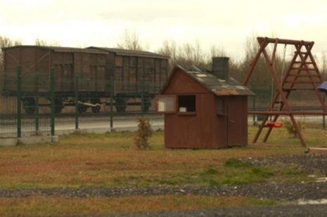 Des maisons se construisent à côtés des trains de la mort.