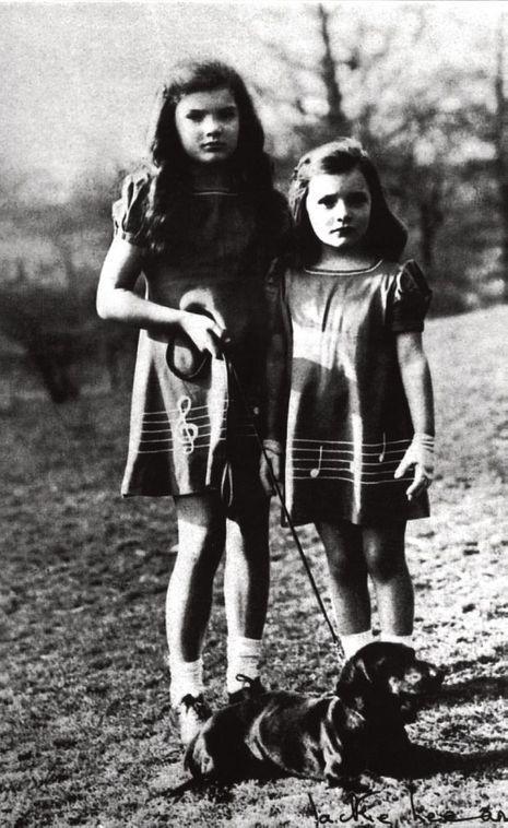 Deux soeurs confrontées aux disputes, puis au divorce de leurs parents.