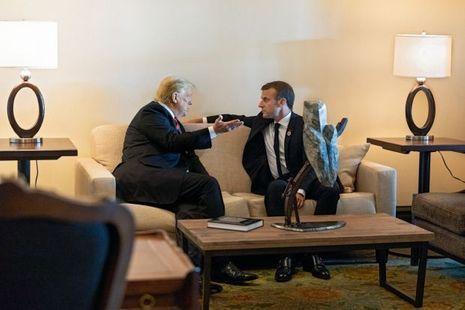 Aparté entre Donald Trump et Emmanuel Macron le 8 juin, juste avant l'ouverture du sommet, à l'hôtel Le Manoir Richelieu à La Malbaie (Québec).