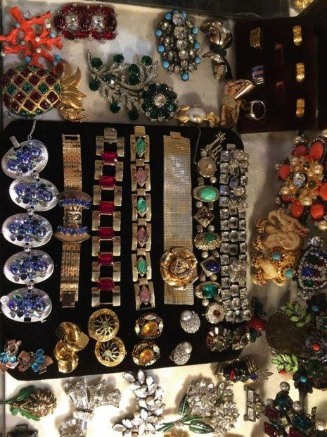 Du style Arts déco, de la Bakélite, de la fantaisie la plus débridée au classicisme couture, des perles au strass, de l'exotisme au plus pur « bon goût parisien », c'est une boîte à trésors !