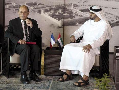 Sur la base française 104 Al-Dhafra, Jean-Yves Le Drian, le ministre de la Défense, avec Mohammed ben Zayed Al-Nahyane, le prince héritier de l'émirat d'Abu Dhabi.