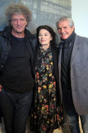 Anouk Aimée, entourée d'Elie Chouraqui et de Claude Lelouch.