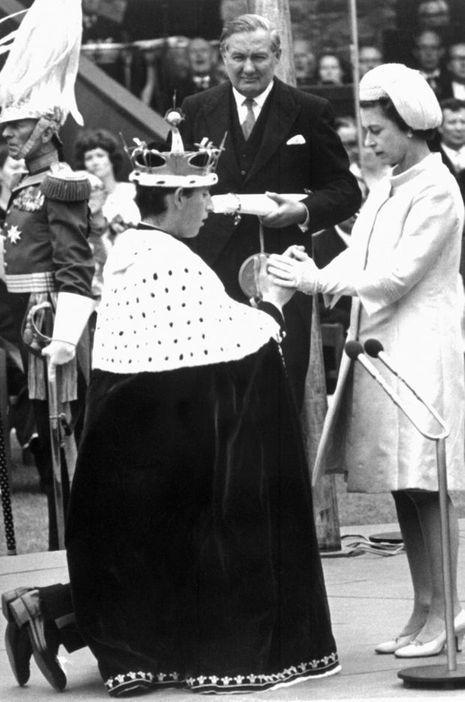 La reine Elizabeth II et Charles, prince de Galles, lors de la cérémonie au château de Caernarfon, le 21 juillet 1969