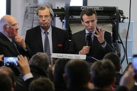 Emmanuel Macron et, à sa gauche, Alain Tourret, en mars 2016 à Condé-sur-Noireau.