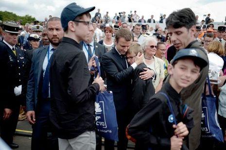Emmanuel Macron serre un pupille de la nation contre lui