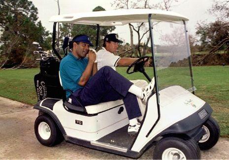En octobre 95, peu après son acquittement, O.J. Simpson dispute une partie de golf à Panama City.