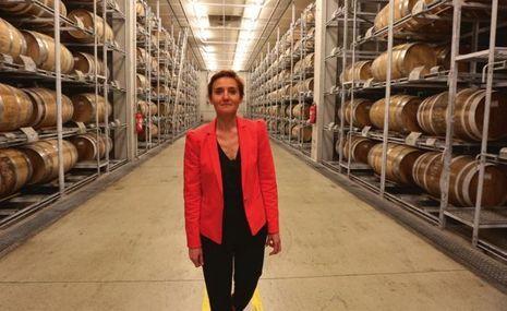 Florence Pennec, directrice production vieillissement, dans un des chais modernes.