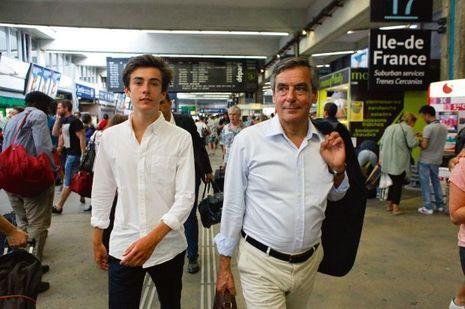 François Fillon avec son fils, Arnaud, 15 ans, à Paris, le 28 août.