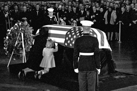 Jackie et Caroline Kennedy embrassent le cercueil de JFK.