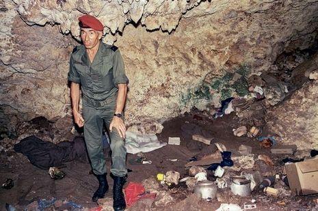 Au lendemain de l'assaut du 5 mai 1988, le général Vidal, commandant en chef des Forces armées de Nouvelle-Calédonie, inspecte la grotte d'Ouvéa, où les otages étaient retenus