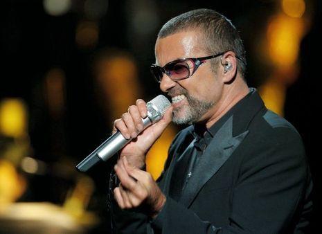 Pour le Sidaction, à Paris en septembre 2012, sur la scène de l'Opéra Garnier. Il est le premier chanteur pop à s'y produire