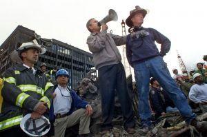 George W. Bush sur le site du World Trade Center, le 14 septembre 2001.