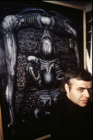 H.R. Giger devant l'une des œuvres en 1979.