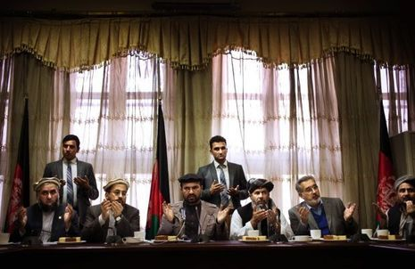 Hadji Zahir (au centre) reçoit une délégation de chefs tribaux venus du Nouristan