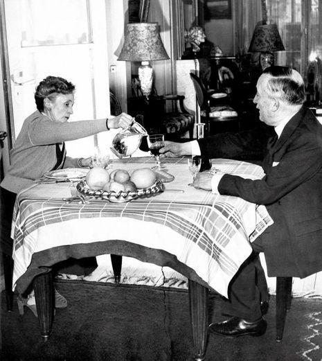 Henri Queuille, président du Conseil, pose pour Paris Match avec son épouse pendant son déjeuner familial en avril 1949.