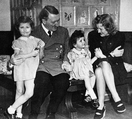 Hitler et Eva Braun posent aux côtés d'enfants.