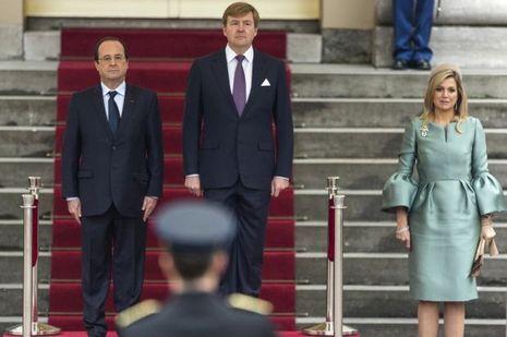 Lundi 20 janvier à La Haye, aux Pays-Bas, devant le palais Noordeinde, le protocole avait prévu que la première dame française se tiendrait à la droite de François Hollande, symétriquement à la reine Maxima.