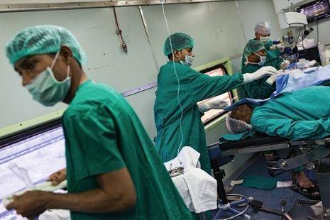 Plusieurs interventions se déroulent en même temps, dans un wagon-bloc opératoire.