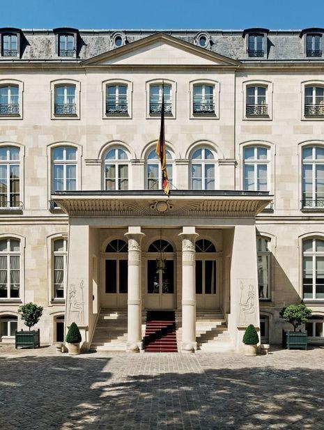La façade sur cour de l'hôtel de Beauharnais à Paris, ornée d'un portique égyptien