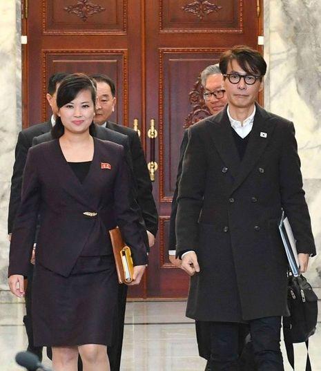 Hyon Song-wol (à gauche), qui dirige le groupe Moranbong, photographiée le 20 mars lors de discussions à Pyongyang pour préparer la visite de la délégation artistique. Selon l'agence Yonhap, la jeune femme était présente samedi pour accueillir les artistes sud-coréens.