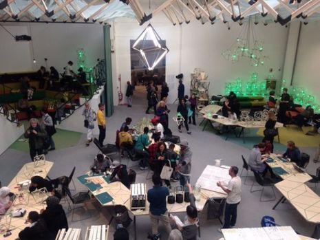 Il règne une grande animation dans le studio recréé par Olafur Eliasson dans le Pavillon Central