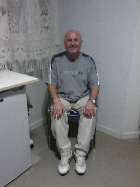 Thommy Recco en 2015, dans sa cellule de la Prison de Borgo. La coupe de l'indien a laissé la place à un style plus monastique.