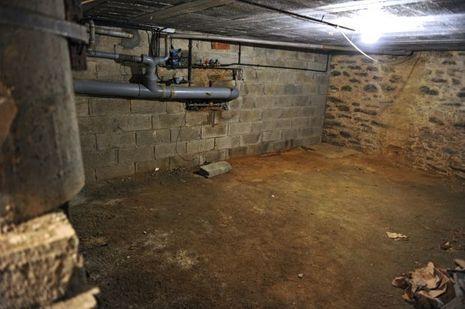 C'est derrière ce mur, à l'endroit des travaux, que Pierre aurait découvert l'or, au sous-sol de l'immeuble acheté par les Troadec en 1976 dans le quartier de Recouvrance, rue Laurent-Le-Gendre, à Brest.