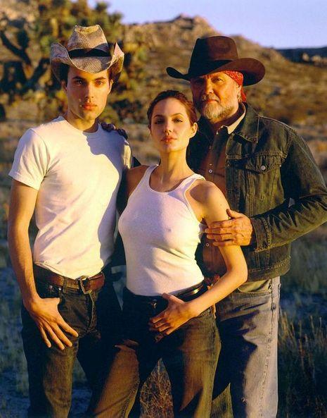 James Haven, sa soeur Angelina Jolie et leur père Jon Voight, en septembre 2000. James, fâché lui aussi avec son père, avait abandonné son nom, tout comme sa soeur.