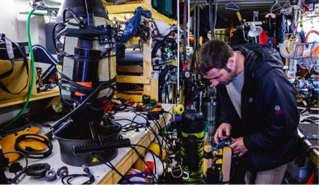 « Je fabrique tous mes mélanges respirables dans mon conteneur, à Marseille. Plonger à ces profondeurs implique un ajustement optimal des gaz utilisés. Six types de mélanges se succèdent, allant de l'oxygène pur au trimix (hélium, azote, oxygène) avec des proportions variables de gaz adaptées à chaque profondeur. »