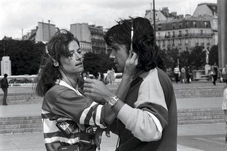 Août 1980: Charlotte Rampling et Jean-Michel Jarre succombent à la mode du Walkman.