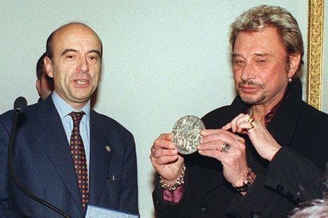"""En 1998, Alain Juppé remet la médaille de """"Bordeaux Ville d'art"""" à Johnny Hallyday."""
