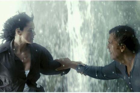 Réfugiée italienne, Nevesta (Monica Bellucci) rencontre le laitier Kosta (Emir Kusturica).