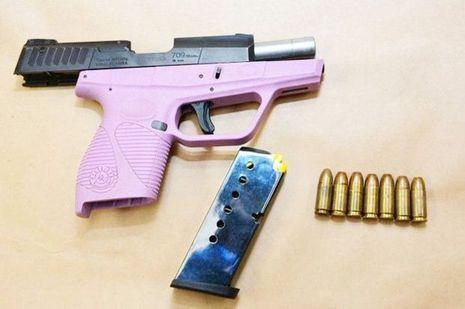 L'une des armes retrouvées lors de l'arrestation de Mirella Ponce.