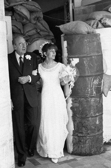 Katya Traboulsiau bras de son père le jour de son mariage le 20 avril 1989.