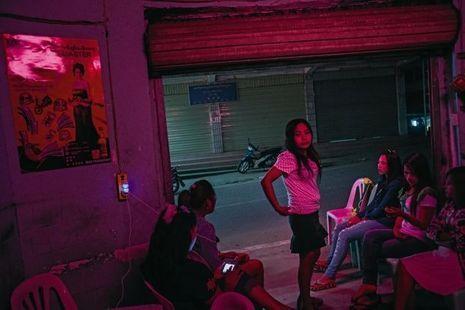 La prostitution fait également partie des «attraits» de la ville. A la nuit tombée, des jeunes femmes jaillissent dans les lueurs des phares.