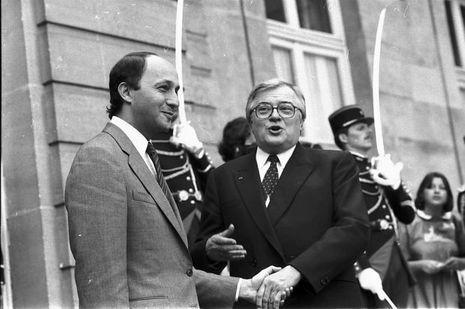Le 18 juillet 1984, Pierre Mauroy salue Laurent Fabius lors de la passation de pouvoir.