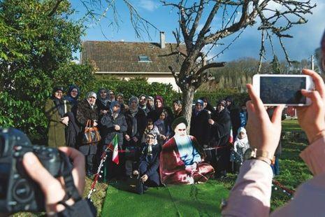 Le 8 octobre 1978, Khomeyni trouvait refuge à Neauphle-le-Château (Yvelines). Trente-huit ans plus tard, des Iraniens y commémorent la naissance de la République islamique.